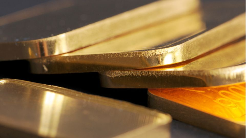 Goldbarren liegen auf einem Tisch