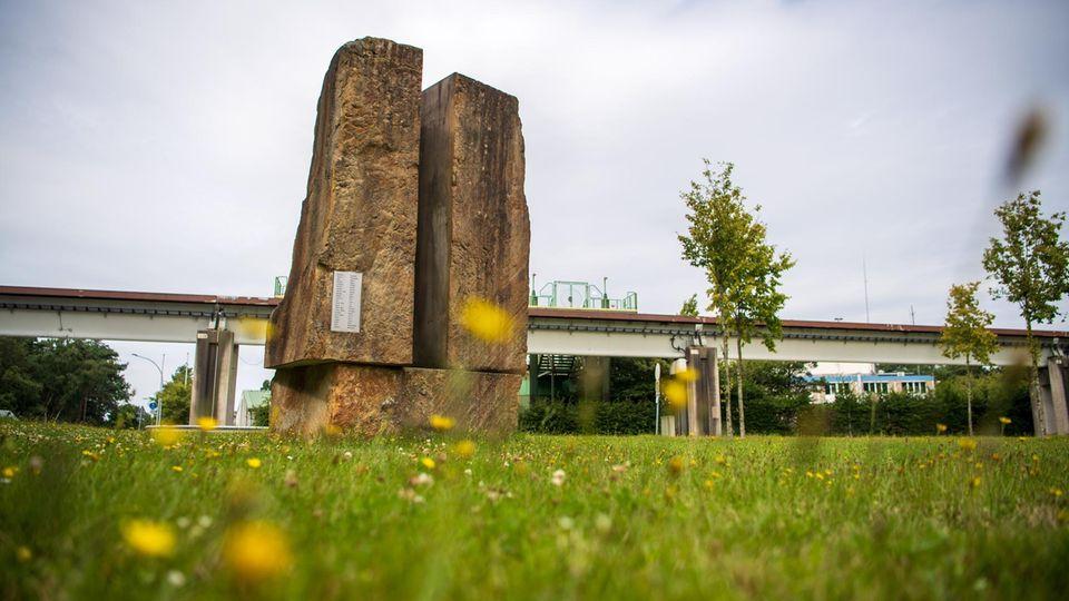 Ein Gedenkstein steht neben der Transrapid-Versuchsanlage Emsland