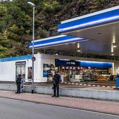 Polizisten sichern am frühen Morgen dieTankstelle in Idar-Oberstein