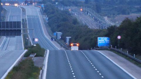 Ein weißer Reisebus steht auf der Autobahn 9 in Fahrtrichtung Münche