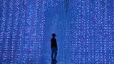 Singapur. Ein Besucher des ArtScience-Museums steht vor einerInstallation mit dem Titel Crystal Universe von teamLab.Durch die Installation von LEDs im dreidimensionalen Raum wurde von den Machern ein interaktives, sich bewegendes 3-D-Kunstwerk in Echtzeit erschaffen. Der Clou:Der Betrachter kann das Kristalluniversumauch mit einem Smartphone verändern.