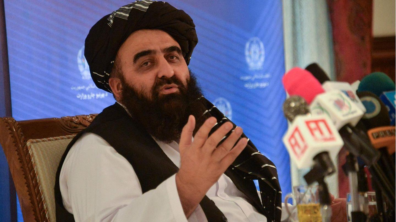 Taliban-Außenminister Amir Chan Motaki spricht und gestikuliert