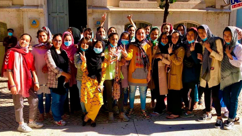 Mitglieder der afghanischen Mädchenfußballnationalmannschaft posieren nach der Flucht vor den Talibanfür ein Foto