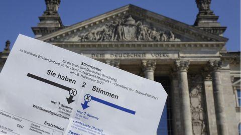 Reichstagsgebäude mit Wahlzettel