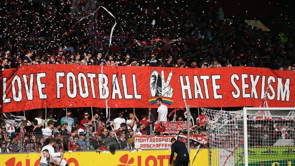 Fans des SC Freiburg demonstrieren im Heimspiel gegen den FC Bayern München gegen Sexismus im Fußball.