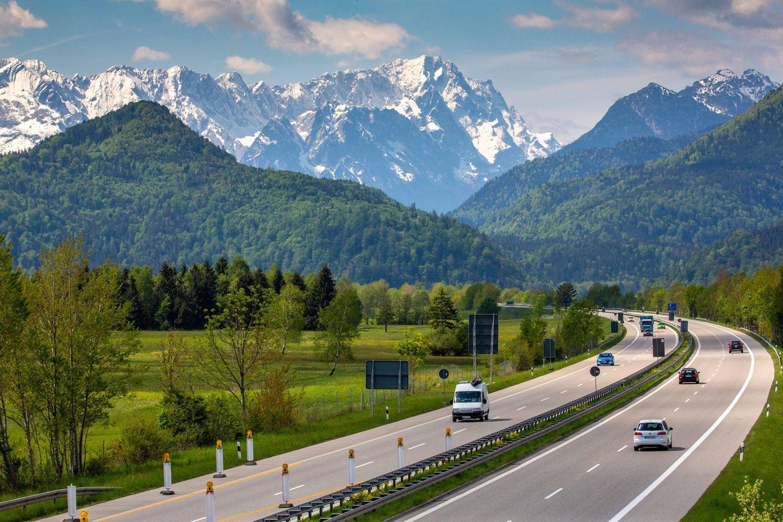 Die A 95 mit dem Wettersteingebirge im Hintergrund
