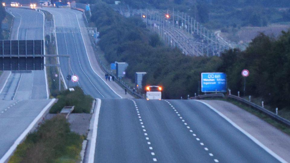 Ein weißer Reisebus steht auf der Autobahn