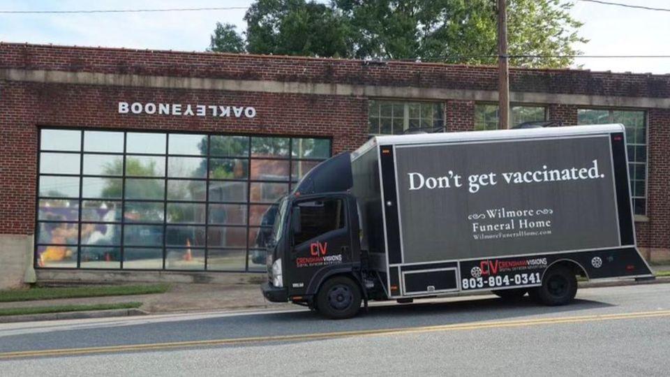 """Der LKW mit der Aufschrift """"Lass dich nicht impfen"""""""