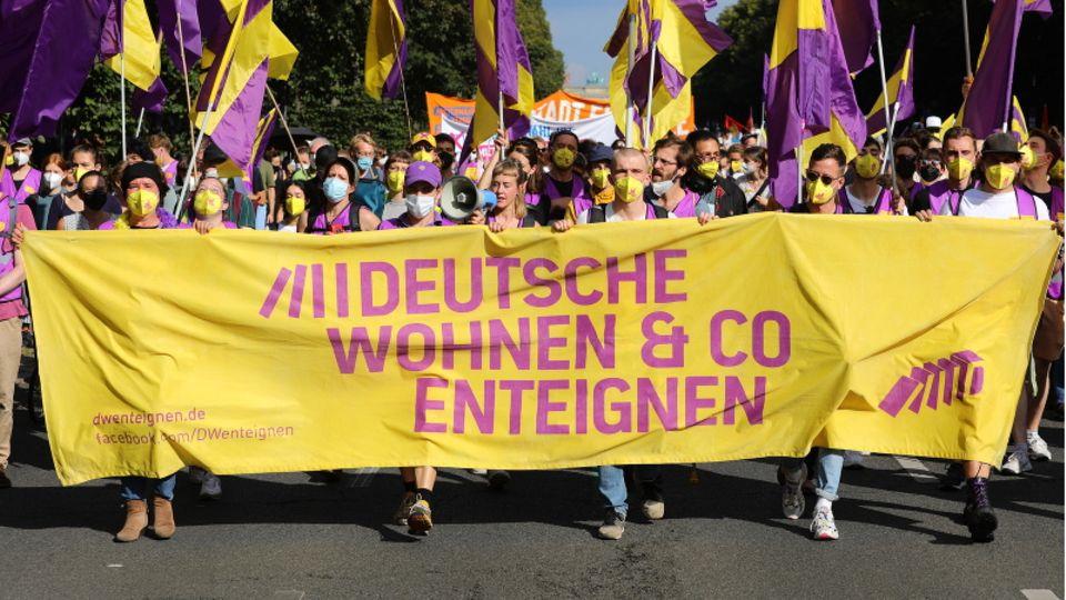 Protestler auf einer Demonstration zur Enteignung von Immobilienkonzernen