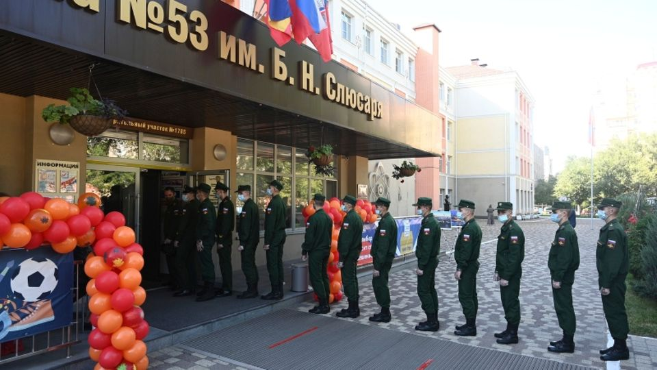 Russland, Rostow am Don: Russische Soldaten stehen vor einem Wahllokal während der Parlamentswahlen in Rostow am Don. In Wahlkreisen mit Militär-Einrichtungen ist nicht nur eine hohe Wahlbeteiligung festzustellen, sondern auch ein überproportionaler Sieg von Einiges Russland.