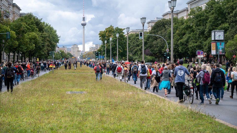Teilnehmer einer Demonstration gegen die Corona-Politik der Bundesrepublik in Berlin