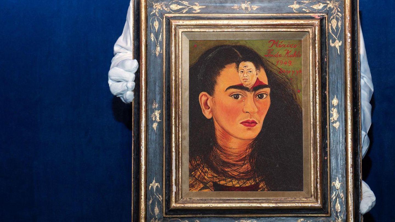 Ein Mitarbeiter von Sotheby's präsentiert ein Gemälde