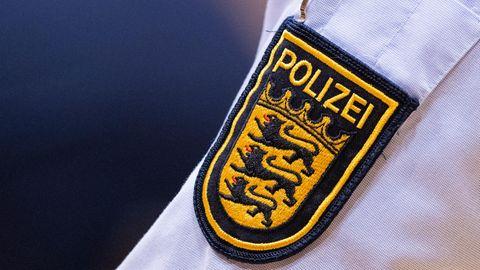 Das Wappen der Polizei Baden-Württemberg ist auf einem Hemd zu sehen