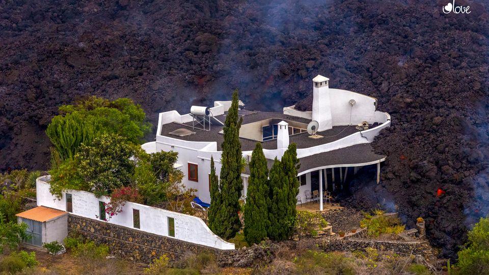 Lava zerstört ein Haus auf der Insel La Palma. Der Vulkan war am 19. September erstmals seit 50 Jahren wieder aktiv geworden.