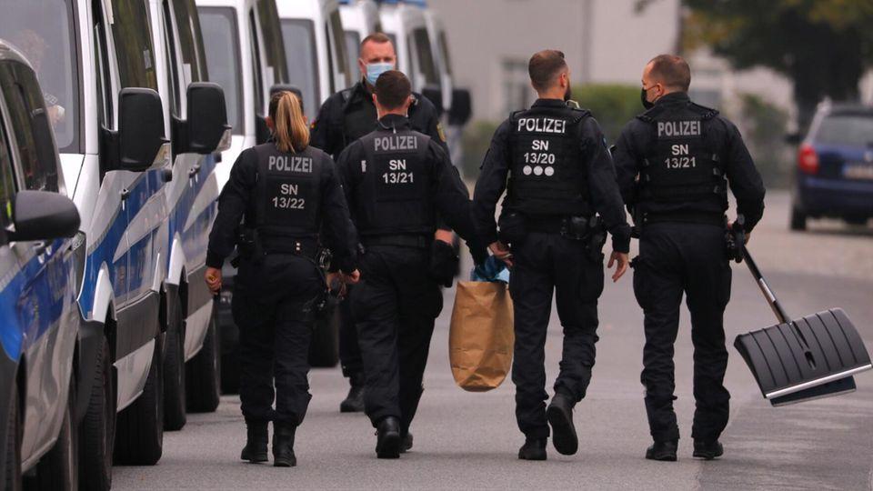Bereitschaftspolizisten sindin Großröhrsdorf imEinsatz, wo vor wenigen Tagen die Leiche einer 16-Jährige entdeckt wurde