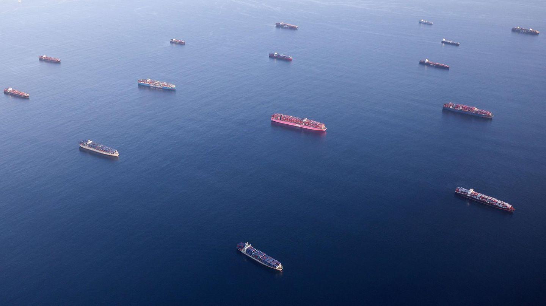 Reihenweise liegen Containerschiffevor Long Beach und Los Angeles vor Anker und warten darauf, entladen zu werden