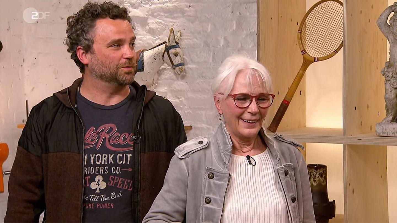 Rosemarie Weinzierl aus München und ihr Sohn Johannes stehen im Studio von Bares für Rares