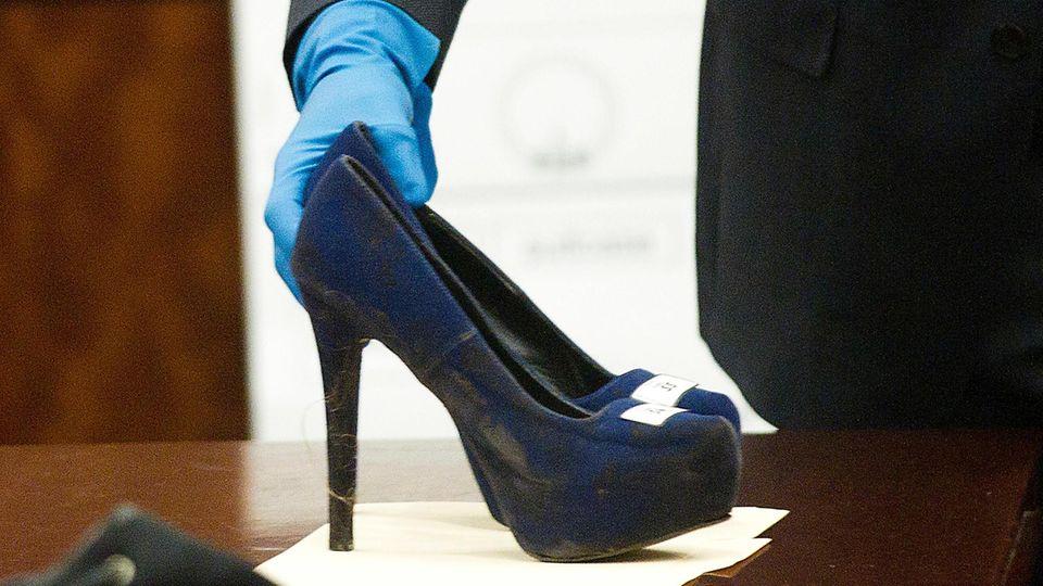 Der Staatsanwalt zeigt die Mordwaffe: ein Paar Schuhe