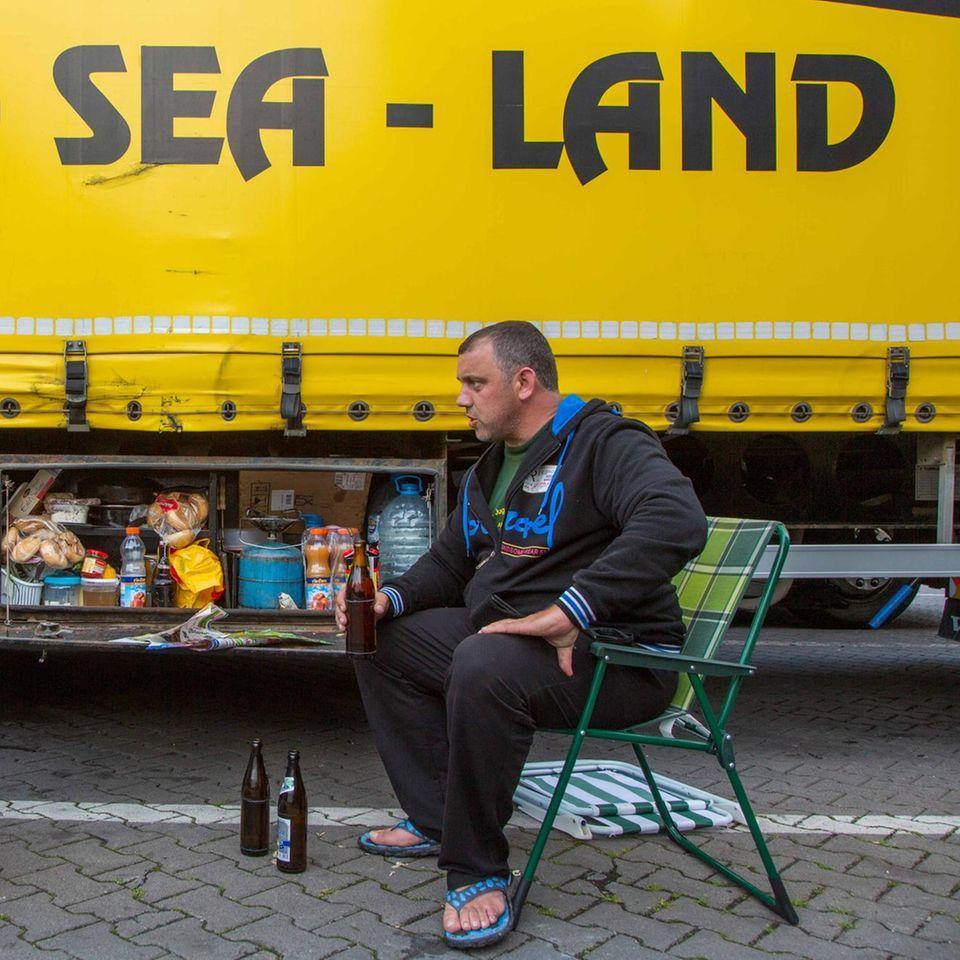 Brummifahrer beim Bier auf einem Rastplatz