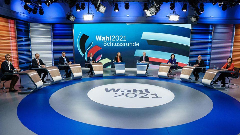 Blick auf die Schlussrunde der Spitzenkandidaten im TV-Studio