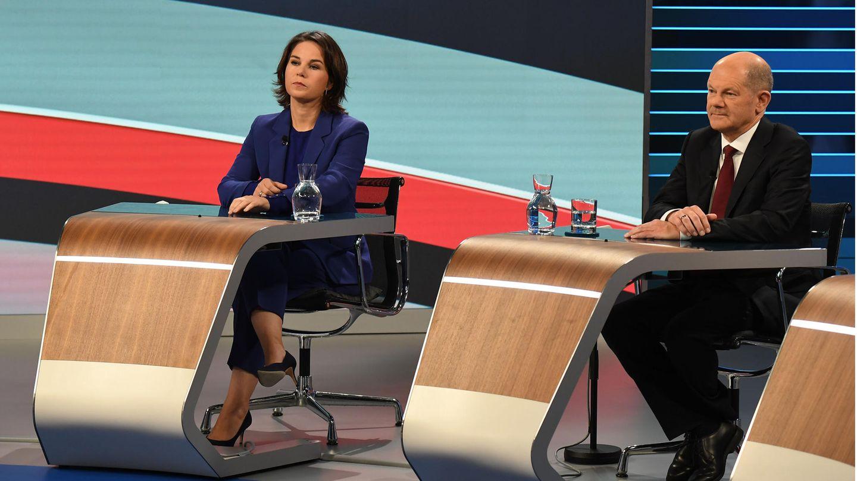 Annalena Baerbock (l.), Kanzlerkandidatin von Bündnis 90/Die Grünen, und Olaf Scholz, Finanzminister und SPD-Kanzlerkandidat