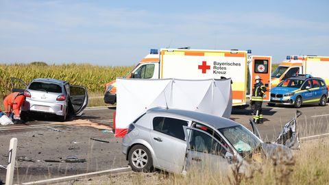 Zahlreiche Polizei-, Feuerwehr- und Rettungskräfte waren nach dem Verkehrsunfall in Mittelfranken im Einsatz. Drei Menschen starben