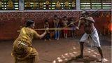 Eine Mutter und ihr Sohn unterrichten eine traditionelle, indische Kampfkunst