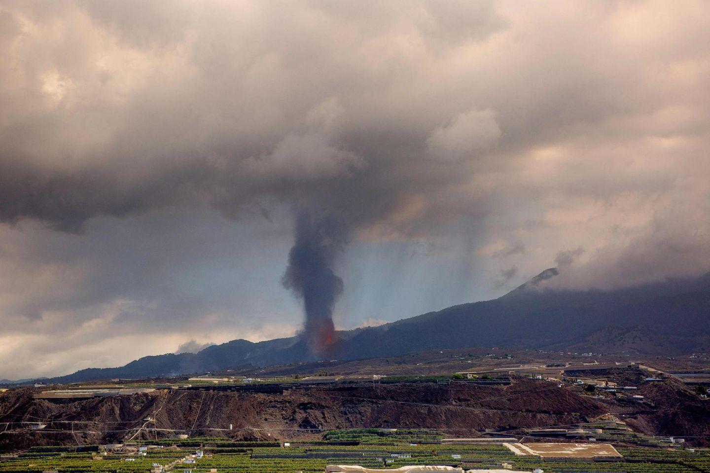 Der Vulkanausbruch vom Meer vor Los Llanos de Aridane aus betrachtet