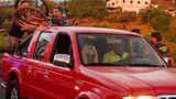 Eine Frau und ein Mann warten in der Region Tacande, bis ihr Auto voll beladen ist, bevor sie vor der nahenden Lava fliehen