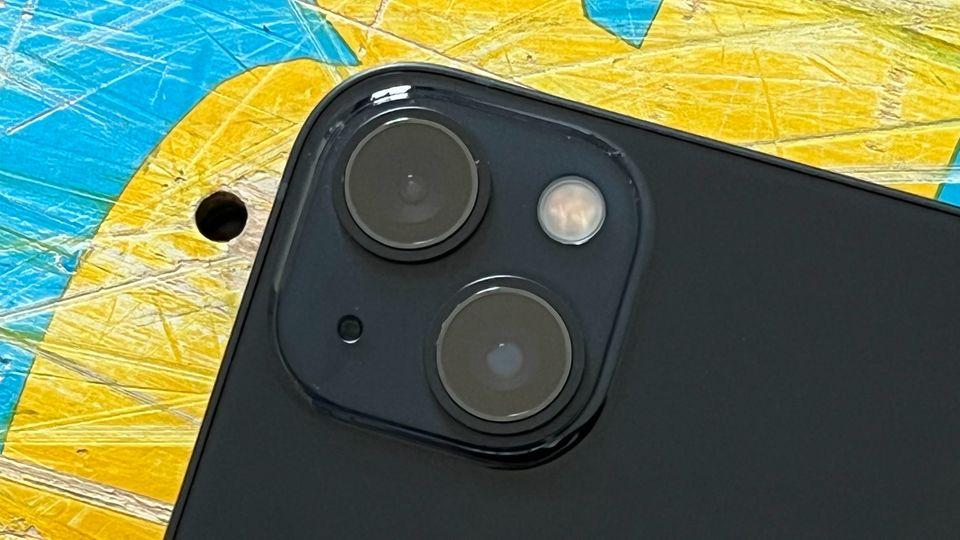 Die überarbeitete Kamera ist eines der wichtigsten Features des iPhone 13. Um die größeren Linsen unterzubekommen, hat Apple sie nun diagonal angeordnet. Der matte Bereich um die Kamera ist schick, aber etwas Fussel-anfällig