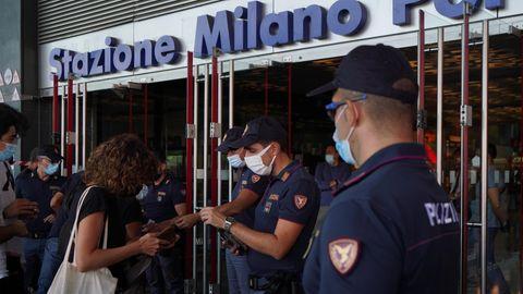 """Die italienische Polizei kontrolliert den """"Green Pass"""" am Bahnhof in Mailand"""