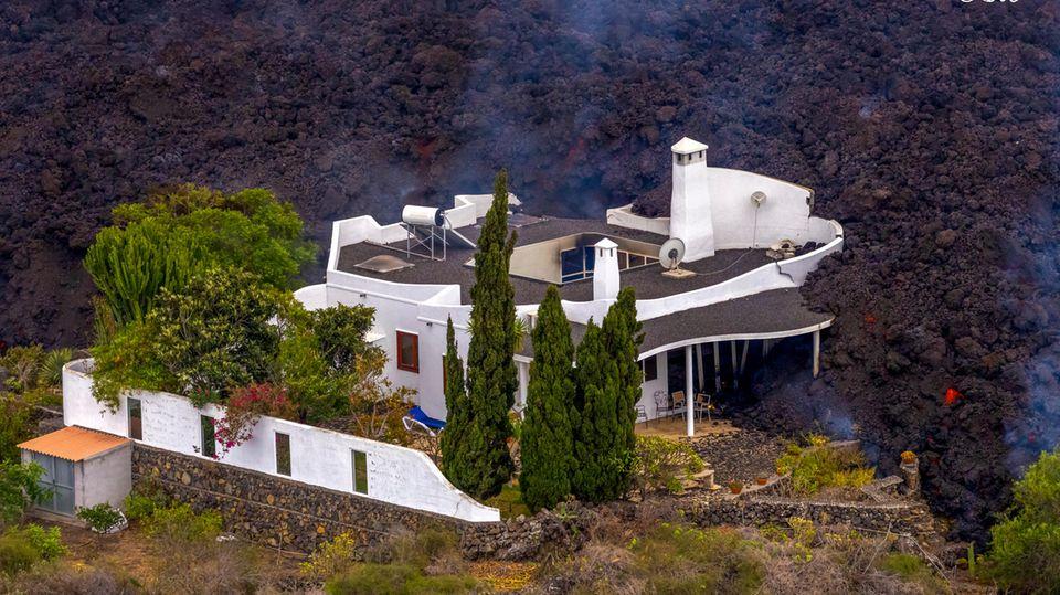 Die Besitzer dieses Anwesens haben weniger Glück. Ihr Haus wirdvon den meterhohen Lavamassen einfach verschlungen