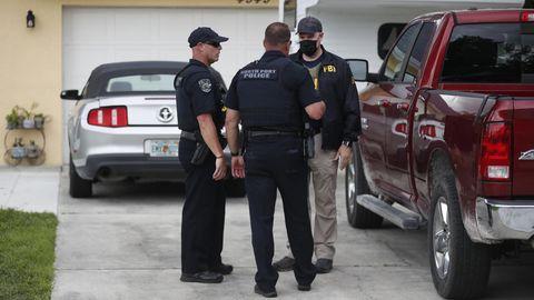 FBI-Beamte und Polizisten durchsuchen das Haus von Brian Laundrie