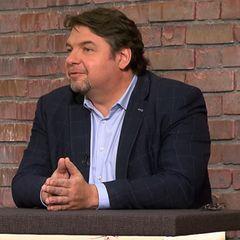 Daniel Meyer sitzt im Studio von Bares für Rares in Pulheim im Händlerraum