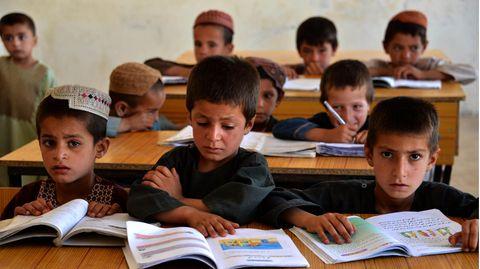 Afghanische Schuljungen in ihrem Klassenraum