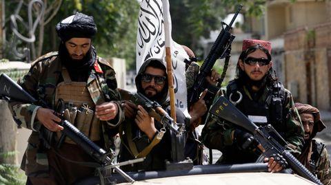 Schwer bewaffnete Taliban-Kämpfer patrouillieren durch Kabul