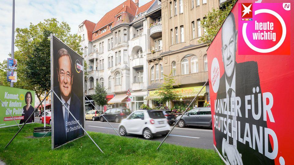 Wahlplakate an einer Straße von Annalena Baerbock, Armin Laschet und Olaf Scholz