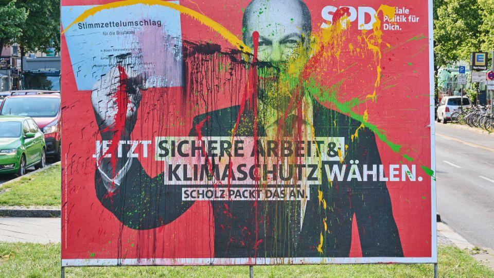 Ein beschmiertes SPD-Wahlplakat