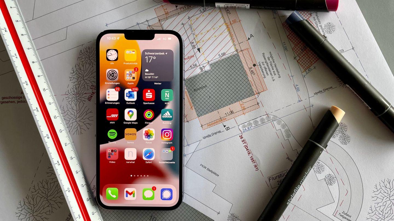 Das neue iPhone 13 Pro Max liegt auf dem Tisch