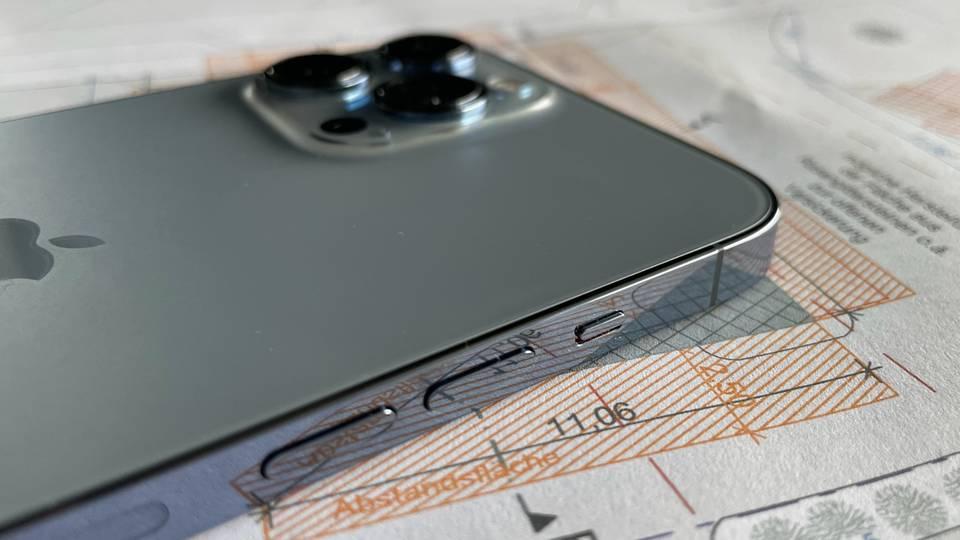 Das Design mit dem schicken Edelstahlrahmen hat das iPhone 13 Pro Max vom Vorgänger geerbt