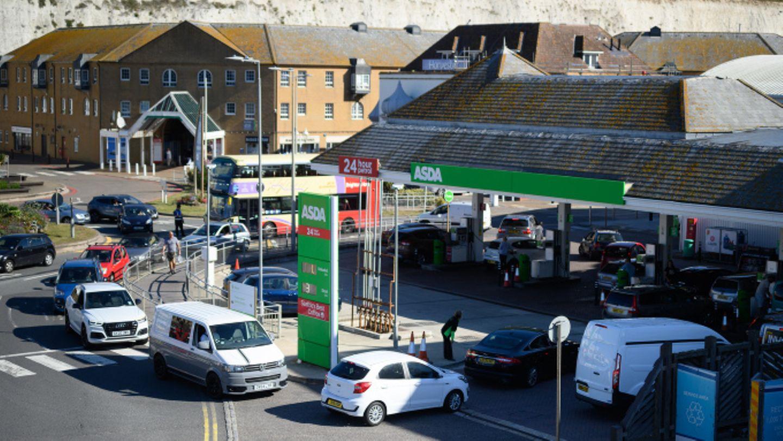 In Brighton werden wegen Lieferengpässen die Schlangen vor den Tankstellen immer länger