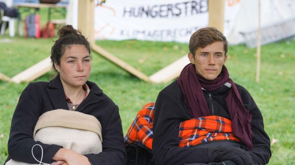 Lea und Henning, die beiden verbliebenen Hungerstreikenden wollen ab sofort auch auf Trinken verzichten