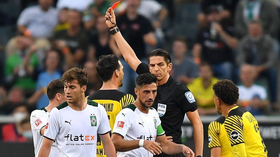 Schiedsrichter Deniz Aytekin zeigt Mahmoud Dahoud die Gelb-Rote Karte