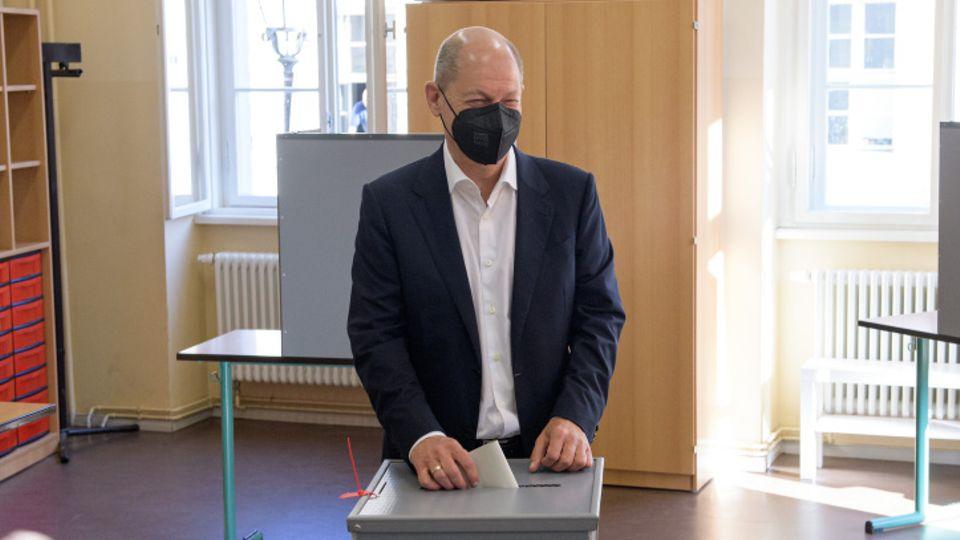 SPD-Kanzlerkandidat Olaf Scholz hat in einem Wahllokal in Potsdam seine Stimme abgegeben