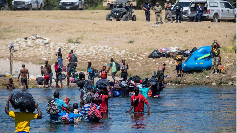 Migranten, die meisten aus Haiti, überqueren den Rio Grande von Ciudad Acuña, Mexiko, in Richtung Del Rio, Texas