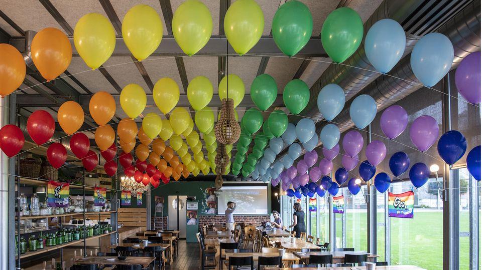 """Bunte Luftballons hängen in einem Lokal der Befürworter für eine """"Ehe für alle"""" in Bern."""
