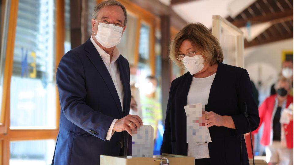 CDU-Kanzlerkandidat Armin Laschet (l.) gibt zusammen mit seiner Frau Susanne seinen Wahlzettel zur Bundestagswahl ab