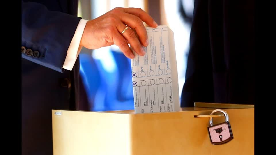 Fauxpas bei der Stimmabgabe: Laschet faltet Stimmzettel im Wahllokal falsch – Das sagt der Bundeswahlleiter