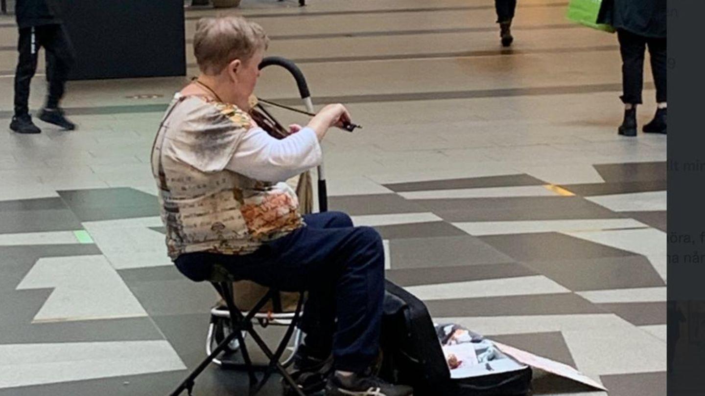 Rentnerin spielt Geige