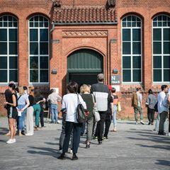 Lange Schlangen vor einem Wahllokal in Berlin